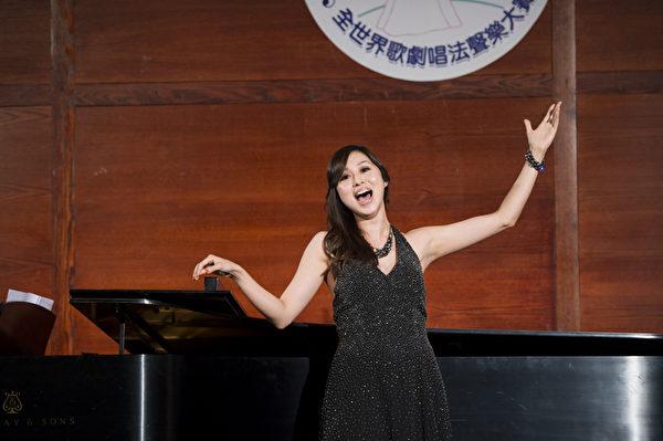"""图﹕来自台湾的选手女高音蒋启真在复赛上演唱""""Ou va la jeune Indoue""""和""""Gliner and be gay""""。(摄影﹕戴兵/大纪元)"""