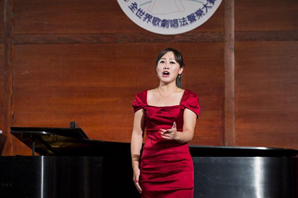 """来自中国的选手女高音张稚在复赛上演唱""""Donde Lieta""""和""""Mei Gui San Yuan""""。(摄影:戴兵/大纪元)"""