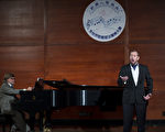 图: 钢琴家雅兹克(Martin Yazdzik)在本届大赛中﹐为世界著名男高音歌唱家穆蓝(Stephen Mullan)钢琴伴奏。(摄影﹕戴兵/大纪元)