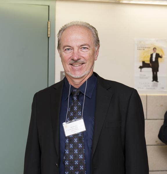 大赛评委、曼哈顿音乐学院声乐系主任皮特斯(Maitland Peters)在10月20日纽约新唐人声乐大赛复赛现场。(摄影:戴兵/大纪元)