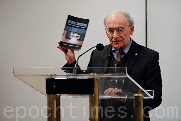 人權律師麥塔斯2012年10月21日在加拿大溫哥華中央圖書館、介紹新書《國家器官:移植在中國被濫用》。他是該書的編輯。(景然/大紀元)