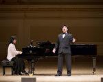 """图﹕来自加拿大的选手男高音张洋于卡内基音乐厅举行的""""全世界歌剧唱法声乐大赛"""" 决赛上。(摄影:戴兵/大纪元)"""
