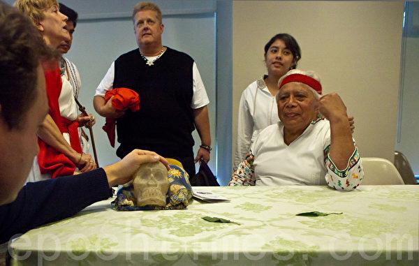 2010年10月8日出席紐約聯合國教堂舉辦的記者會的瑪雅四長老之一 Hunbatzmen 老人說桌子上就是13顆水晶頭骨之一 (攝影:杜國輝/大紀元)