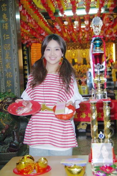 晖倪因为参加了台南某庙宇举办的歌唱比赛而被发掘出道,因此让她视为幸运神。(摄影:黄宗茂/大纪元)