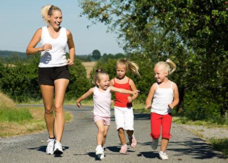 运动可以很简单,亲子一起跑步,既快乐又健康。(摄影:Fotolia)