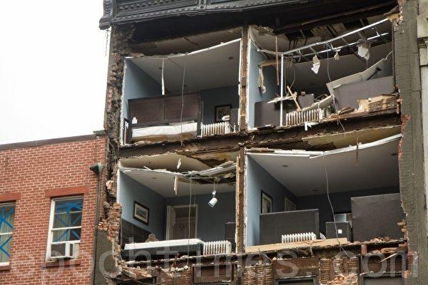 曼哈頓的切爾西區(Chelsea)一棟大樓的整個一面牆被颶風颳飛。(攝影﹕Benjamin Chasteen/大紀元)
