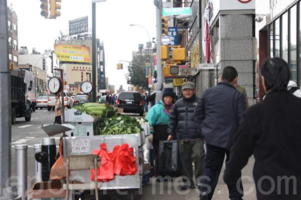 曼哈頓唐人街由於斷電,絕大多數商店關門,但是個別蔬菜小販推出小車,但是居民樓斷電斷瓦斯,難以烹飪,地鐵不通,稀有顧客光臨。(攝影﹕蔡溶/大紀元)