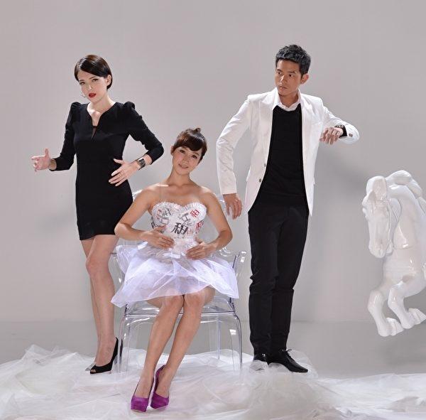 宥勝、許瑋甯為新戲進棚拍攝一組主視覺照片,小薰當天穿的紗裙小洋裝是用紙做。(圖/三立提供)