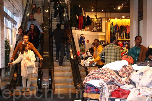 時代廣場週圍的商家照常營業﹐依然人流涌動。(攝影﹕蔡溶/大紀元)