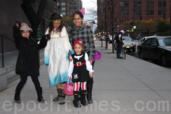 不畏風災﹐堅持過萬聖節的紐約人。(攝影﹕蔡溶/大紀元)