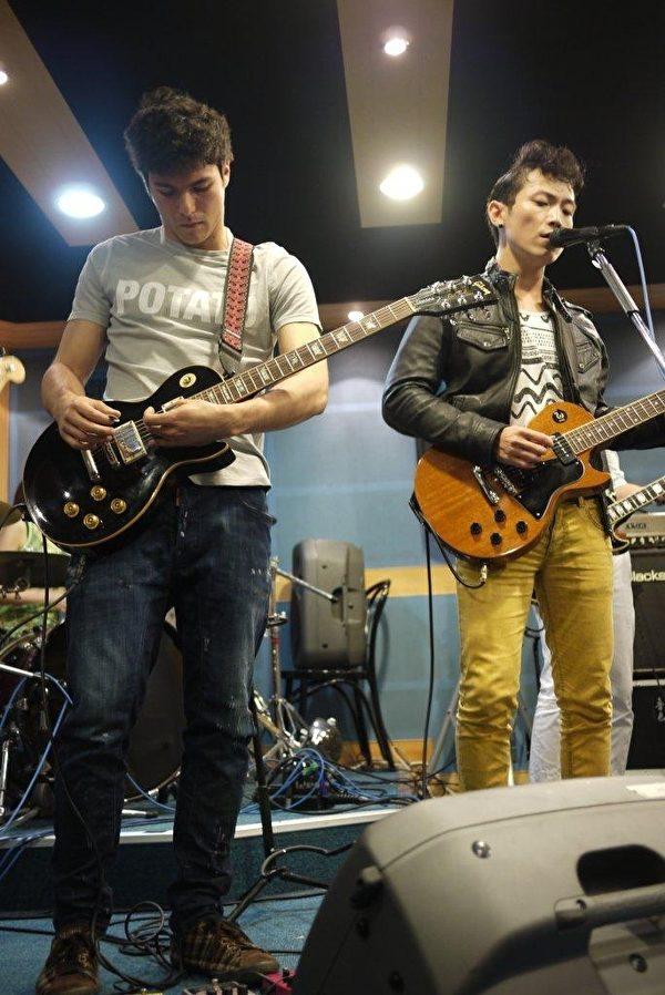 回声乐团与凤小岳因吉他而成为在音乐上无话不谈的好朋友。(图/美好事业提供)
