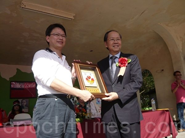 杰出校友彭作奎(右)接受颁奖(摄影:邹莉/大纪元)