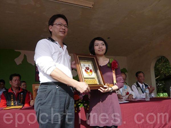 杰出校友曾雅君(右)接受颁奖(摄影:邹莉/大纪元)