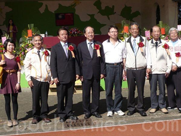 彭焕章校长(右4)与杰出校友合影(摄影:邹莉/大纪元)