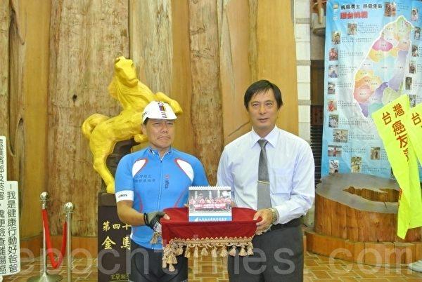 台湾癌友运动发展协会理事长吴兴传回赠环岛纪念桌历给宜兰县。(宜兰县政府提供)