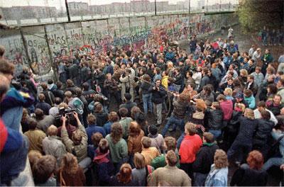 1989年11月11日,西柏林民众在波茨坦广场(Potsdamer Square)附近试图推倒柏林围墙。(法新社)