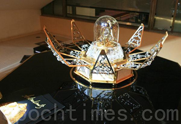 可以從桌子裡升出來開放的蓮花座鐘 (攝影:黃芩/大紀元)