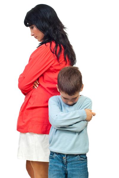 衝突後,悲傷的母親和兒子雙手交叉孤立的站在一起。(Fotolia)