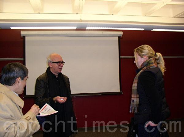 著名考古学家科瑞莫先生(中)在MIT演讲后与听众交谈。(摄影:秦川/大纪元)