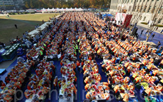 2000多人在首尔广场做泡菜