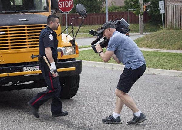 今年5月29日,多倫多一名小車司機不滿60多歲校巴司機駕駛態度,走下車拍打校巴窗玻璃,2名司機先是口角,繼而變成了扭打,再是校巴司機拿出斧頭砍人。(加通社)