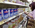 中國奶粉客無遠弗屆,不但經常將香港奶粉搜刮一空導致缺貨,連位於南半球的澳洲和新西蘭也受到奶粉客的垂青。圖為一中國女士在香港超市購買奶粉。(ROBYN BECK/AFP/Getty Images)