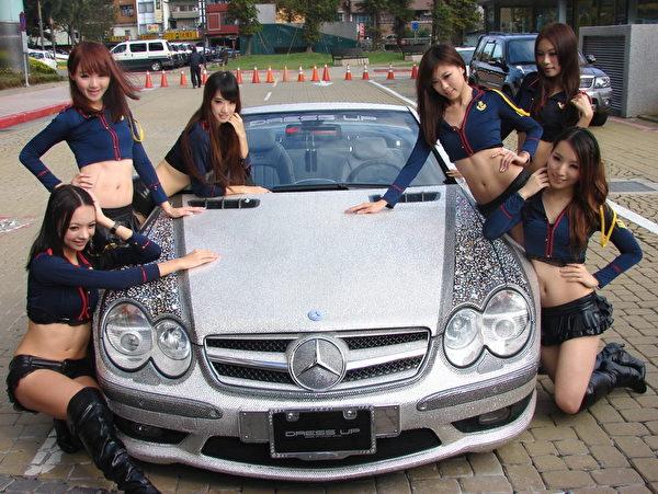 镶满水钻的豪华宾士车 (摄影:陈建霖/大纪元)