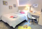 房內充滿溫馨柔和感,形成了自己的小小世界。(二十輪旅店提供)