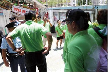 ↑身穿綠色制服的「香港青年關愛協會」的暴徒圍攻舞蹈大賽會場,並多次衝擊明愛中心入口,試圖破壞大賽進行。(攝影:梁路思/大紀元)