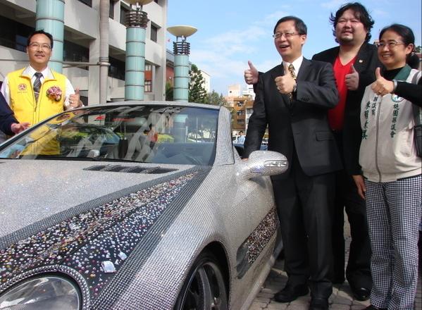 台湾艺人戎祥(右2)向桃园县长吴志扬(右3)介绍水钻宾士车(摄影:陈建霖/大纪元)