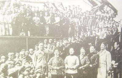 上海电影演员为接受思想改造而下厂演出(网络图片)。