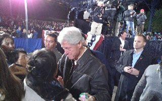 美前總統克林頓向法輪功學員致意:抱歉 你們受苦了