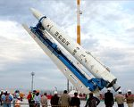 原訂上週第3度嘗試將衛星送上軌道的南韓衛星發射載具「羅老號」(KSLV-1)在發射倒數階段被偵測出推進器異常,被迫取消,發射時間已延至明年。(KOREA AEROSPACE / AFP)