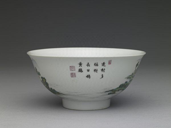 清 雍正 琺瑯彩瓷青綠山水碗(詩書印)。(故宮博物院提供)