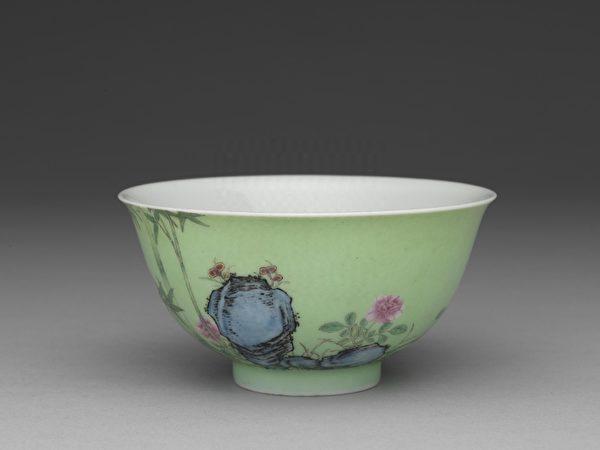 清 雍正 琺瑯彩瓷綠地月季翠竹碗。(故宮博物院提供)
