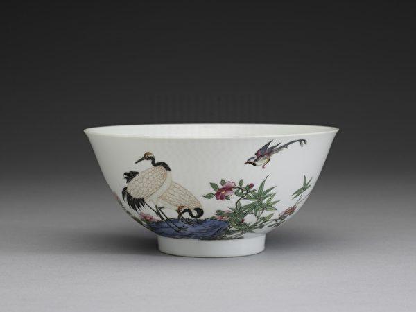 清 雍正 琺瑯彩瓷芝仙祝壽碗(畫)。(故宮博物院提供)