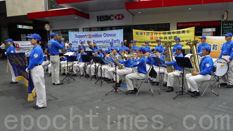 """12月2日中午,在悉尼市中心的乔治大街近唐人街的地方,举行了声援中国大陆近一亿3千万""""三退""""人士的集会活动。现场天国乐团前来助阵声援。(摄影:简玬/大纪元)"""