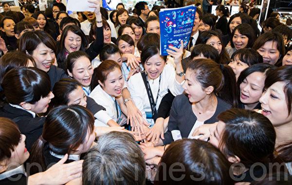 台北新光三越站前店週年慶6日起跑,專櫃人員互相加油打氣,祈求業績長紅。(攝影:陳柏州 /大紀元)