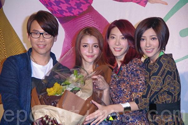 陶喆站台献花让Dream Girls又惊又喜。(摄影:黄宗茂/大纪元)