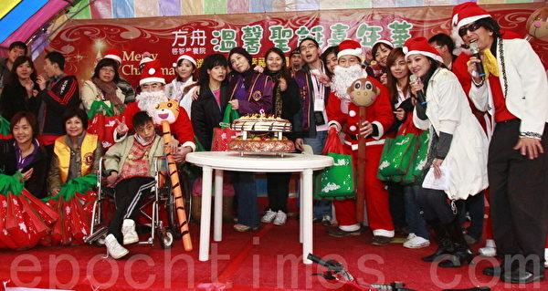 方舟聖誕溫馨大合照。(攝影:徐乃義/大紀元)