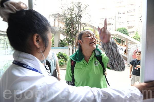"""近半年多来,香港再现""""文革""""煽动仇恨法轮功的""""香港610仇恨事件"""",骚扰法轮功真相点。(大纪元)"""