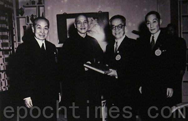 1954年3月25日第一届国民大会第二次会议选举蒋介石为第二任总统,胡适与钟莫德惠(左一)、国大秘书长洪兰友(右一)代表国民大会致送总统当选赠书。(摄影:钟元翻摄/大纪元)
