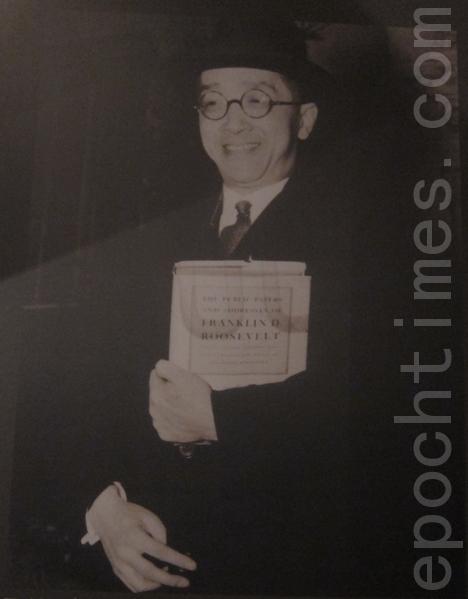 1941年12月,美英领袖在白宫签署26国同盟文件,中国也首次名列四大国之一,这是胡适高兴的手持罗斯福总统签名的文件在白宫前留影。(摄影:钟元翻摄/大纪元)