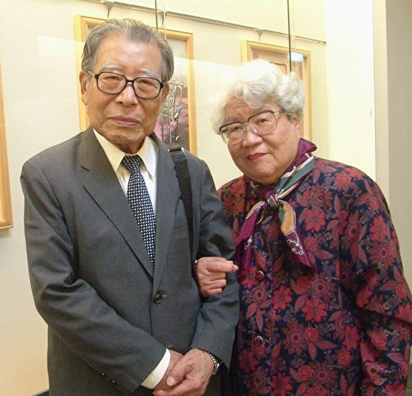 刘教授夫妇2010年一同观赏神韵艺术团的演出.对神韵有极高的赞誉与评价。(摄影:白亚士/大纪元)