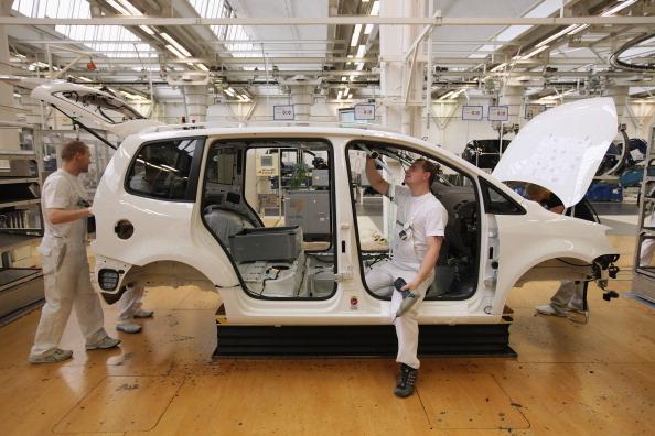 大眾汽車呼籲員工不要前往中國進行任何不必要的旅行,並告知在北京工作的約3,500名員工,假期後在家工作兩週。圖為大眾汽車公司的工人在工作(Sean Gallup/Getty Images)