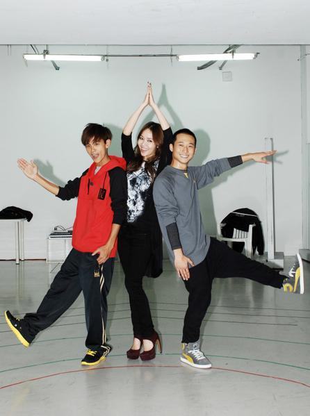 侯佩岑、浩角翔起三人首次齊聚練舞,小秀一段將表演的舞蹈。(圖/聯意提供)