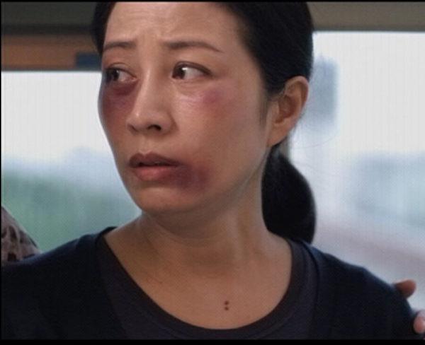 为饰演家暴妇女,方文琳化了被揍脸上留下伤痕与黑眼圈的特殊妆。(图/公视提供)