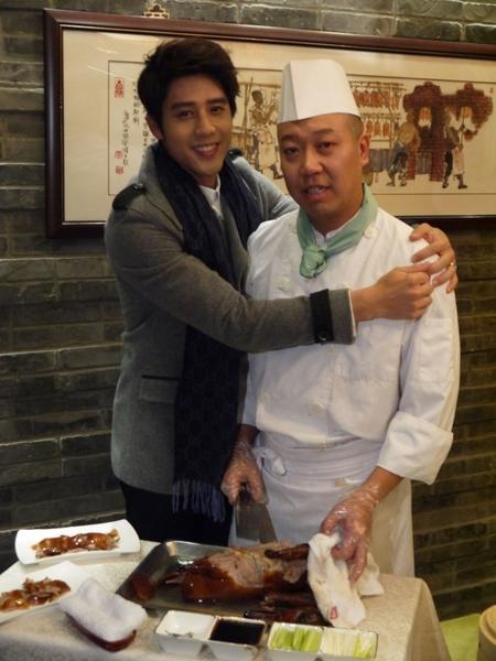 胡宇威吞下烤鴨麵皮捲後,就立刻調皮地抱了主廚一下。(圖/三立提供)