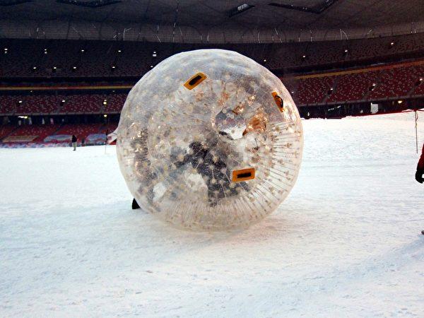 胡宇威玩雪地遊戲「溜坡球」。(圖/三立提供)
