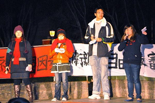 在邁入2013年之際,來自全台北中南大學生近2000人,在12月31日跨年夜頂著10度低溫,聚集在自由廣場,表達反媒體壟斷的決心與訴求。(攝影:朱書賢/大紀元)